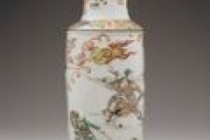 ROULEAU VASE WITH SCENE FROM THE ROMANCE OF THREE KINGDOMS